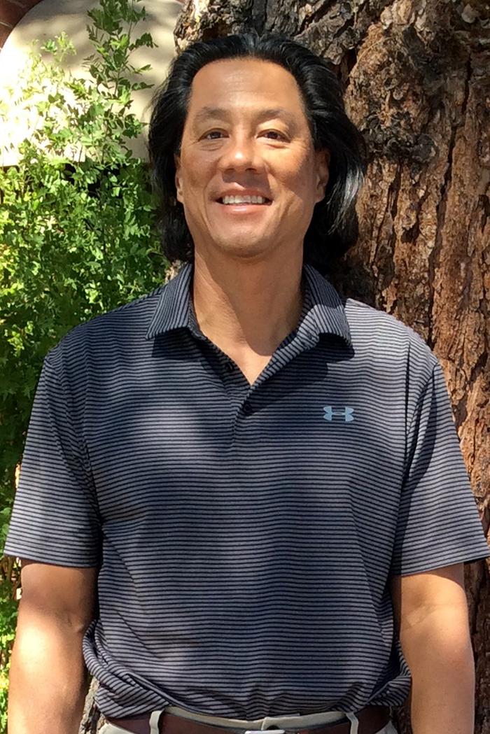 El cirujano de pérdida de peso Darren Soong, MD, parado afuera