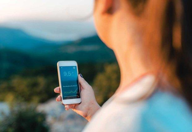 Mujer mirando la aplicación de salud en la pantalla del móvil