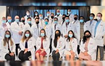 Valley Hospital gradúa a 28 nuevos médicos y da la bienvenida a 23 nuevos residentes y cuatro becarios